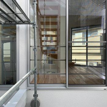 螺旋階段の窓からの眺望は、共用部です。※写真は工事中のものです。
