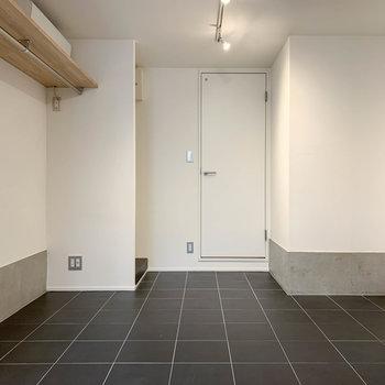 【1F】玄関側から見ると。奥にサニタリーがあります。