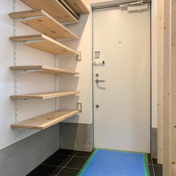 【1F】玄関部分の棚も可動式。
