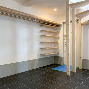 【1F】玄関サイドには、長いオープンクローゼットと棚。
