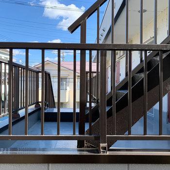 リビング、キッチン横の窓からの眺望はお向かいのアパート。