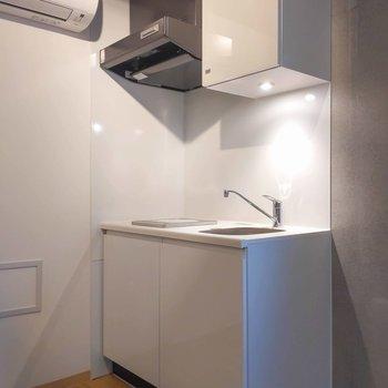 キッチンもホワイトを基調としたスタイリッシュなデザイン。