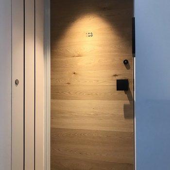 扉は木製でやわらかい雰囲気