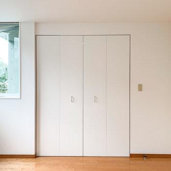 【洋室】こちらの白い扉を開けると......。