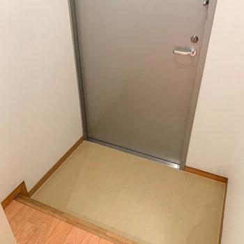 玄関はちょっぴりコンパクトサイズ。