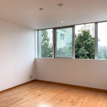 【洋室】ゆったり約8.4帖あり、腰窓なので、収納付きや大きめのベッドが選べますね。