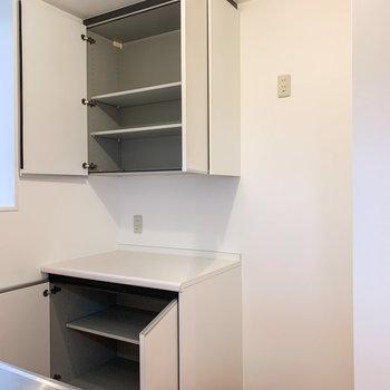 【LDK】冷蔵庫はキッチン後ろに。大きめの棚には、調味料や食器をしまいましょう。