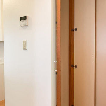 洗濯機置場は洋室の手前に。棚の中にあるので、見た目もスッキリです。