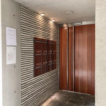 1階の建物入口には集合ポスト。