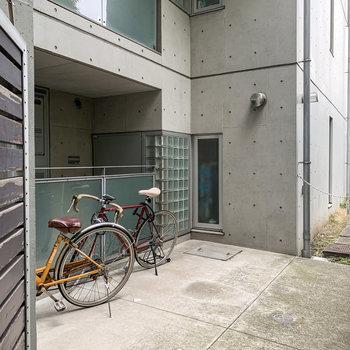 駐輪場は敷地内に。お部屋の鍵がないと入れないので、防犯面も安心です。