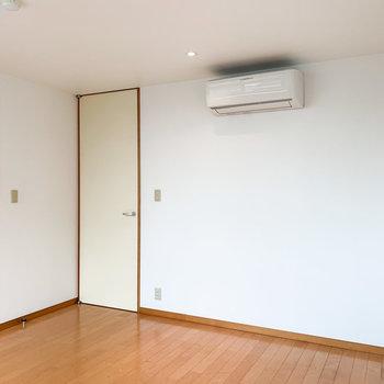 【洋室】こちらのお部屋にもエアコンが付いています。
