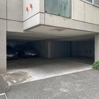 駐車場は建物の1階部分に。雨の日も濡れないので、嬉しいですね。