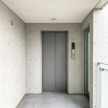 2階へはこちらのエレベーターで。