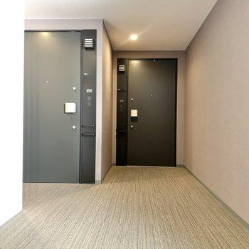 お部屋はエレベーター目の前。左手です。