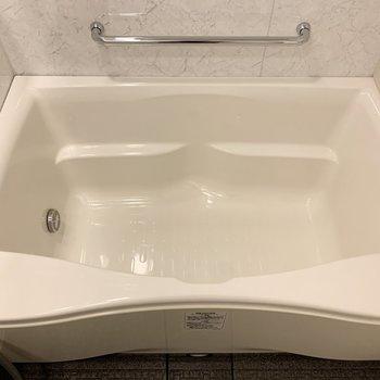 浴槽は膝を立てて入る感じかな。