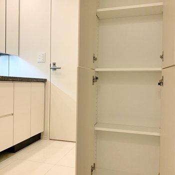 キッチンと脱衣所は奥の扉から行き来できます。