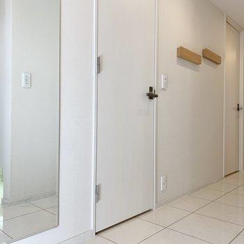 廊下は広々。姿見まで付いています。