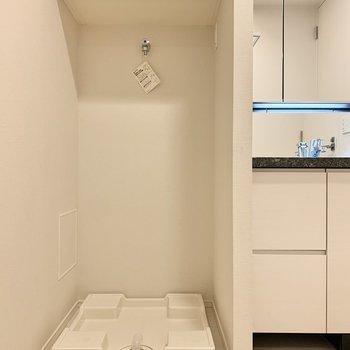 洗濯機置き場は洗面台のお隣です。