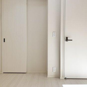 【洋室】こちらも白い空間なので、自分好みの色をプラスして。