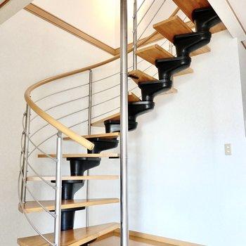 さて、お待ちかねの螺旋階段を上がって2階へ。