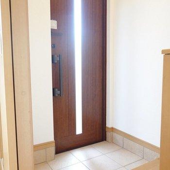 濃いブラウンのドアが良い色◎タタキも広めで子どもの送り迎えも快適にできそう。