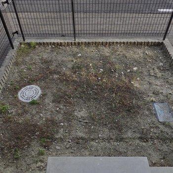 1階のLDKの外には専用庭付き。自転車や子どもの遊び道具置き場にしても、ガーデンにしても◎
