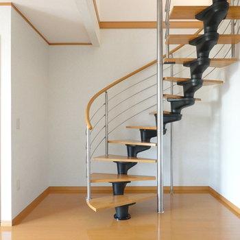 なんといっても螺旋階段が素敵…!2階は後ほど見てみましょう。