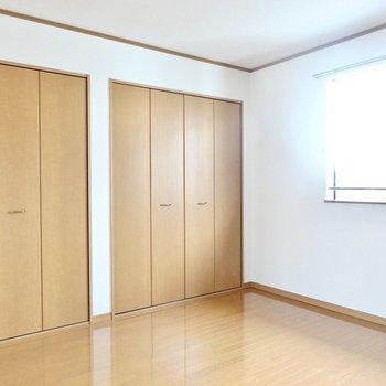 北側の洋室は約8帖とこちらも広々。収納も同じように2つあります。
