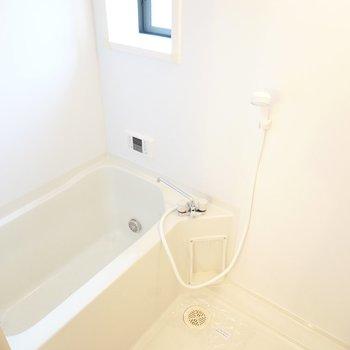 窓付きの明るいお風呂。追い焚き付きだから、入る順番が後の人もしっかり温まれますよ◎