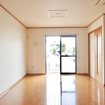 今度は窓側を。広さと螺旋階段があるから、シンプルなインテリアでもいつもより特別に感じられそう。
