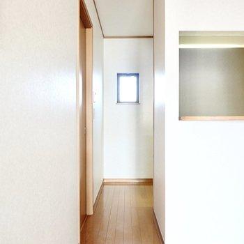 この奥にキッチンがあります。左のドアからは脱衣所へ。