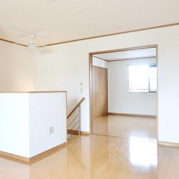 窓側から。北側の洋室とはドアを開けてオープンにできます。