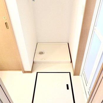 お次は脱衣所。入って正面に洗濯機置場、右手にお風呂、左手に洗面台とトイレという構造。