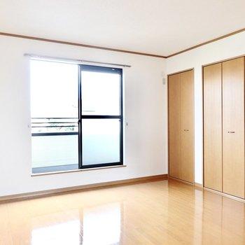 2階には南北に洋室が。こちらは南側の約8.9帖の洋室。クイーンサイズベッドも置ける広さです!