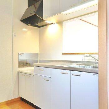 現代らしい、綺麗なキッチンです。収納もたっぷり!