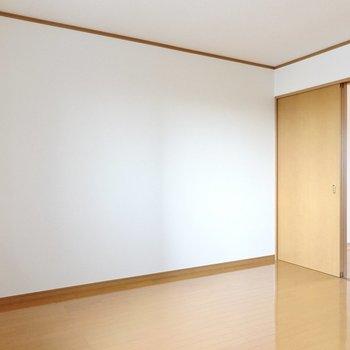 使い分けるとしたら、こっちが夫婦の寝室で、向こうが子どもたちのお部屋かなぁ。