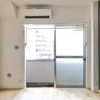 大きな窓から暖かな光が差し込みます。