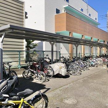 外には屋根付きの駐輪場や、