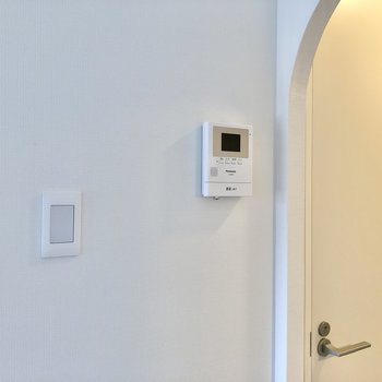 壁には、TVモニター付きドアホンを発見。