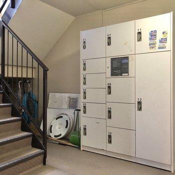 階段を下りると、大きな宅配ボックスがあります。