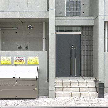 入り口はこちら。すぐ横に専用ゴミ置き場があります。