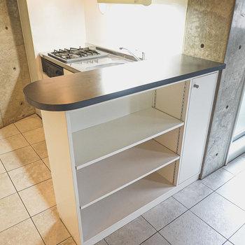 隣のカウンターキッチンを代わりに使うことも。棚にはお皿を飾るように収納。