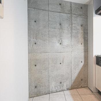 キッチンの後ろにはステンレスの冷蔵庫を置きたい。
