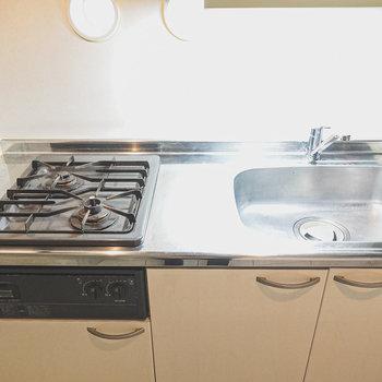 2口コンロに広々シンク。調理スペースはコンパクト。