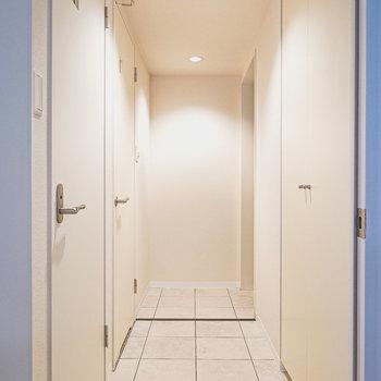 廊下に出て左手前がトイレ、奥が脱衣所。