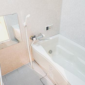 ゆったりサイズの浴槽。追い焚き付きで長風呂もできます。