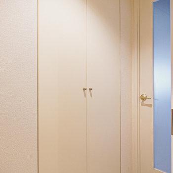 靴箱は少し廊下を進んだリビング側に。天井まであるトールサイズです。