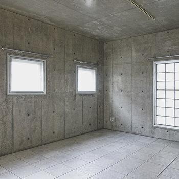 壁も天井もコンクリ打ちっぱなしの無機質な空間。