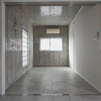 洋室はアイアンフレームのベッドを置いて寝室に。