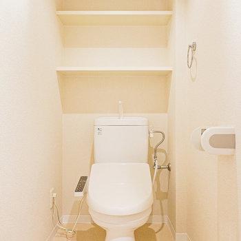 トイレの内装はシンプル。暖房便座で冬場も居心地良く。